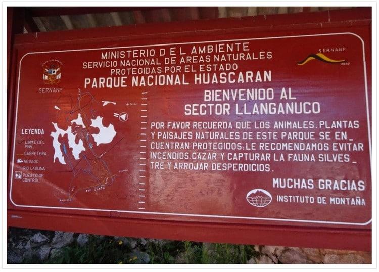 Panneau au poste de contrôle à l'entrée du parc du Huascaran