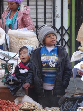 Enfants aidant leurs parents à vendre dans les rues de La Paz