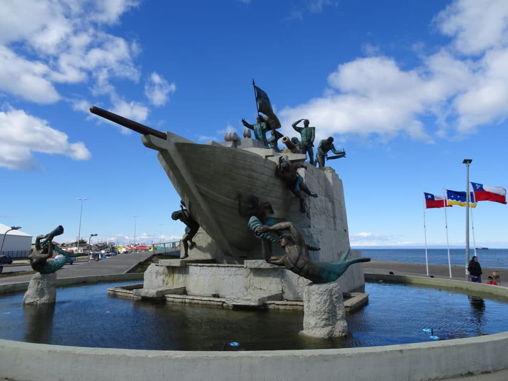 Statue sur le bord de mer