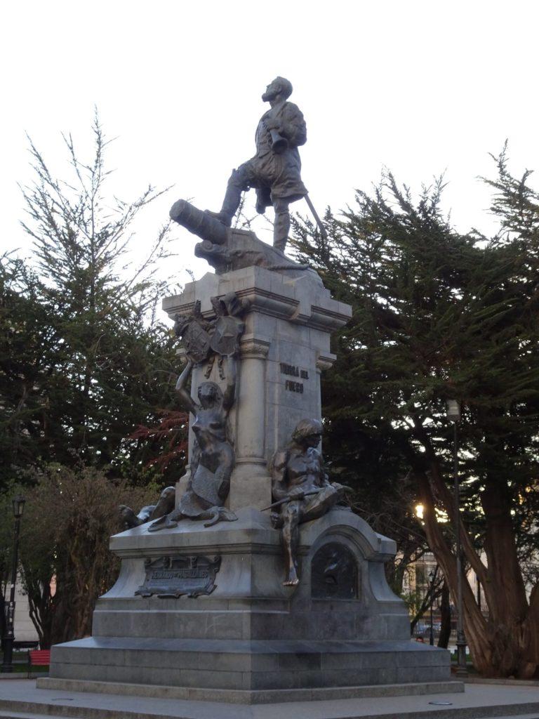 Statue en l'honneur de Magellan sur la Plaza de Armas