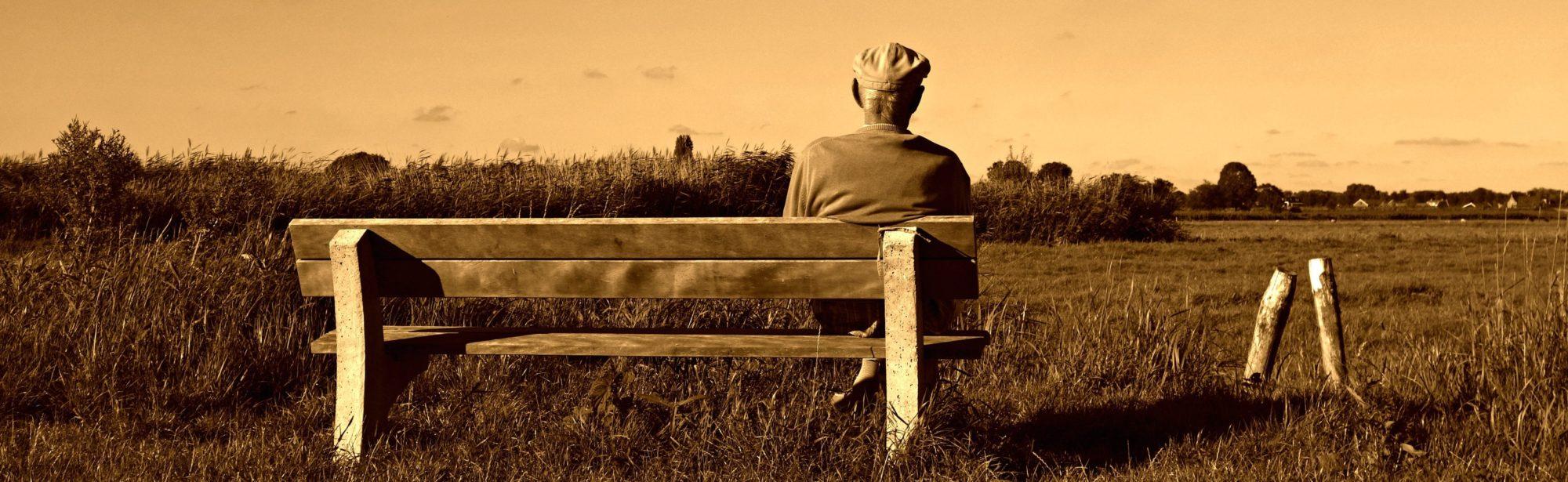 Vieil homme assis sur un banc