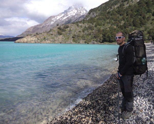 Nicolas Piraux au bord d'un lac à Torres del Paine